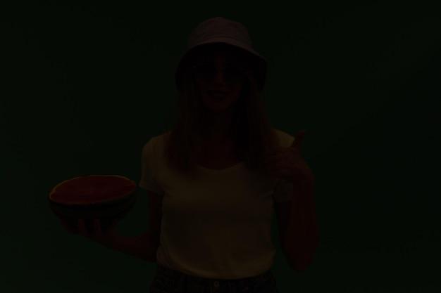 Ładna czerwona głowa kobieta i trzymając arbuz. koncepcja lato