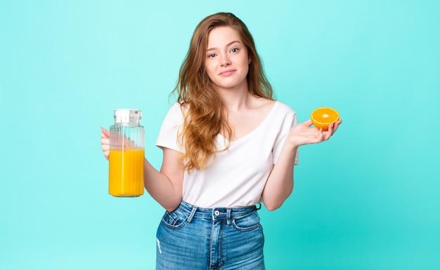 Ładna czerwona głowa kobieta. koncepcja soku pomarańczowego