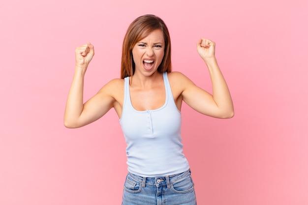 Ładna dorosła kobieta krzycząca agresywnie z gniewnym wyrazem twarzy