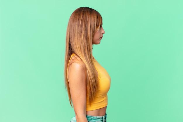 Ładna dorosła kobieta myśląca, wyobrażająca sobie lub marząca o widoku profilu