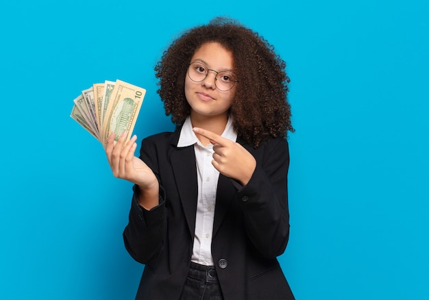 Ładna dziewczyna afro nastolatek z banknotów dolarowych
