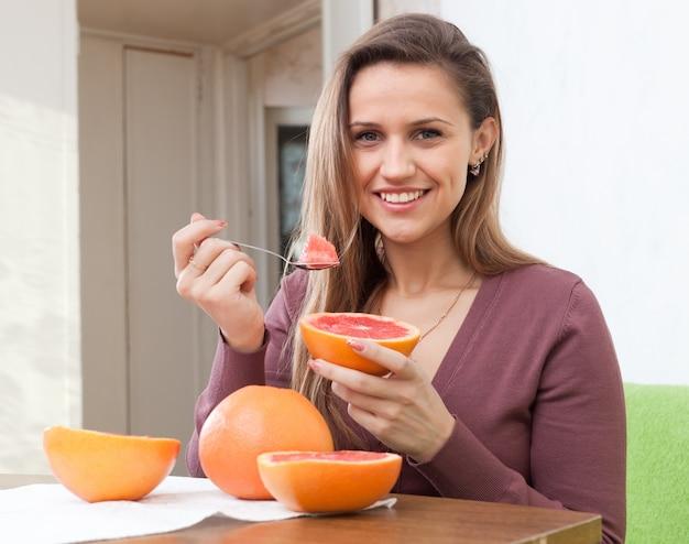 Ładna dziewczyna je grapefruitowego