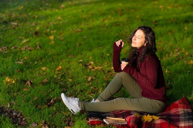 Ładna dziewczyna lubi jesień