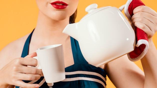 Ładna dziewczyna pinup trzyma czajnik