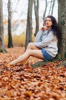 Ładna dziewczyna przy jesień parkiem