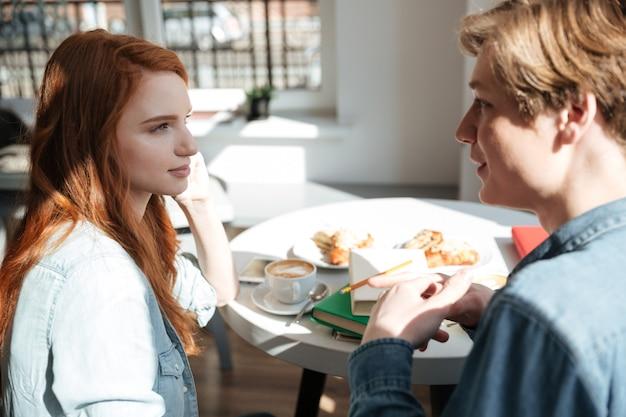 Ładna dziewczyna słucha jej przyjaciela w kawiarni