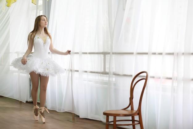 Ładna dziewczyna tancerka baletowa ćwicząca w pomieszczeniu