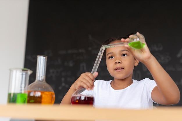 Ładna dziewczyna uczy się więcej o chemii w klasie