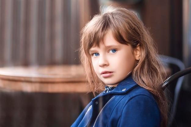 Ładna dziewczyna w jesiennych ubraniach na jesiennym tle