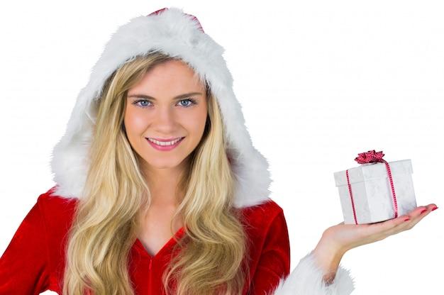 Ładna dziewczyna w santa strój gospodarstwa prezent