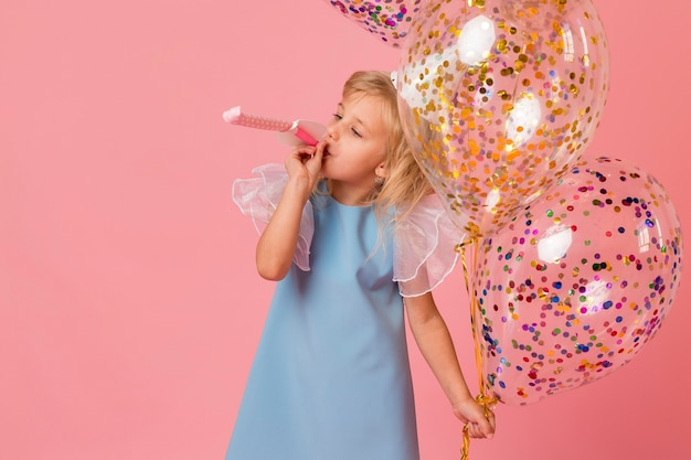 Ładna dziewczyna w stroju z balonów