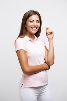 Ładna dziewczyna w wygodnym przypadkowym spojrzeniu odizolowywającym na bielu