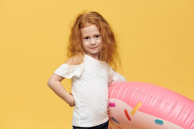 Ładna dziewczyna z długimi włosami przytulanie koło nadmuchiwane pływanie