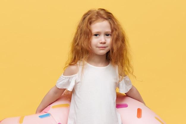 Ładna dziewczyna z długimi włosami z nadmuchiwanym kółkiem do pływania
