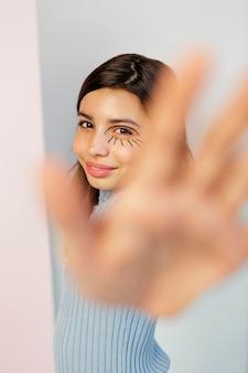 Ładna dziewczyna z farbą do twarzy i przednią ręką