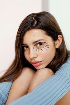 Ładna dziewczyna z farbą do twarzy
