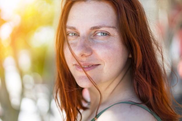 Ładna dziewczyna z mokrymi włosami i strój kąpielowy w słońcu. koncepcja wakacji morze