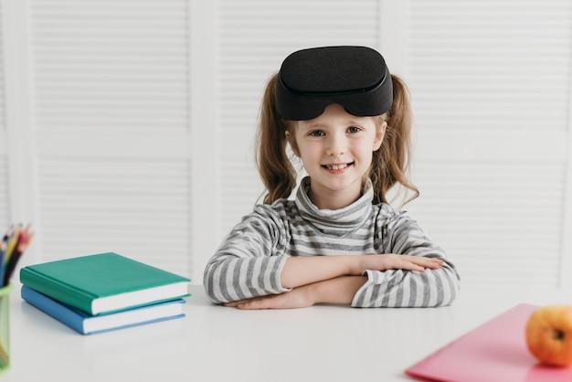 Ładna dziewczyna za pomocą zestawu słuchawkowego wirtualnej rzeczywistości