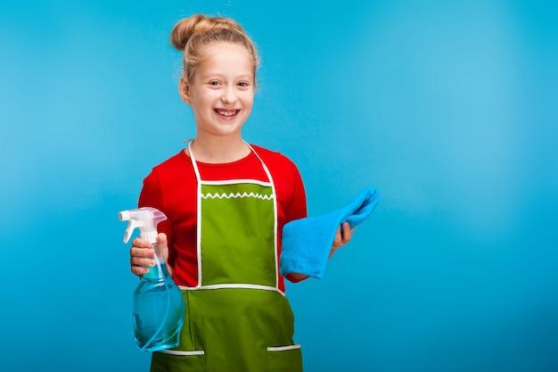 Ładna dziewczynka gospodarstwa środków czyszczących, sprzątanie
