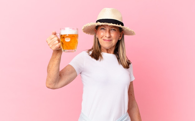 Ładna emerytowana kobieta w średnim wieku pijąca piwo na wakacjach