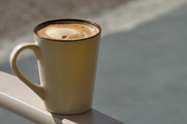 Ładna filiżanka amerykańskiej kawy ze śmietaną