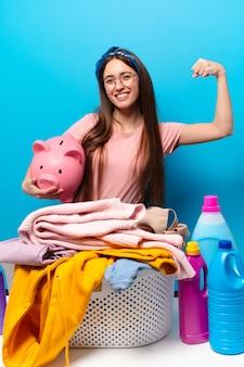 Ładna gospodyni kobieta pranie ubrań