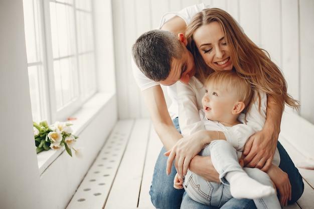 Ładna i duża rodzina siedzi w domu