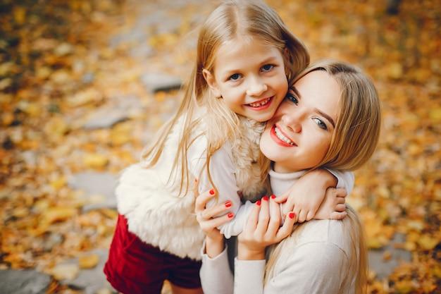 Ładna i stylowa rodzina w jesiennym parku