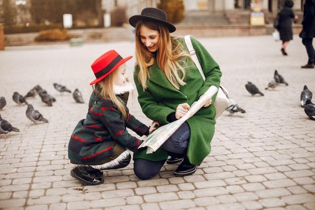 Ładna i stylowa rodzina w wiosennym mieście