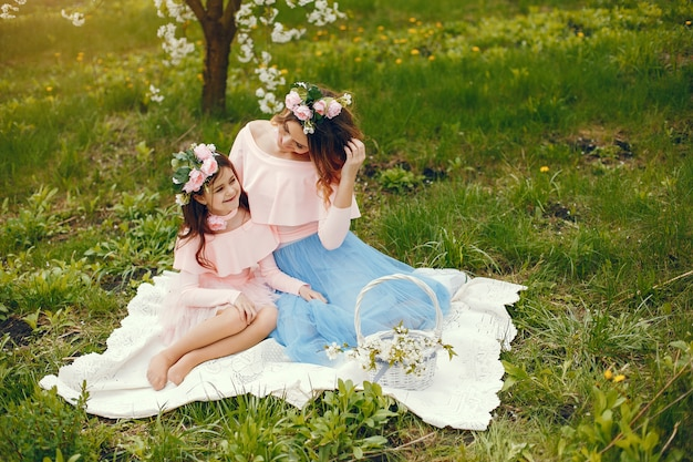 Ładna i stylowa rodzina w wiosennym parku