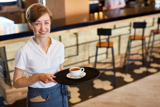 Ładna kelnerka w pracy