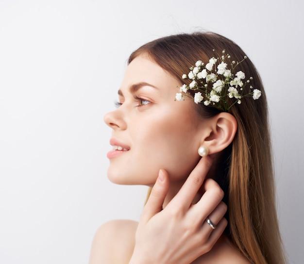 Ładna kobieta atrakcyjnie wyglądające kwiaty we włosach w nowoczesnym stylu