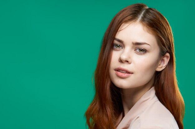 Ładna kobieta atrakcyjny wygląd luksusowy przycięty widok studio zielone tło. wysokiej jakości zdjęcie