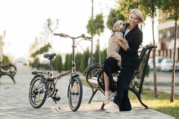 Ładna kobieta bawi się swoim słodkim psem