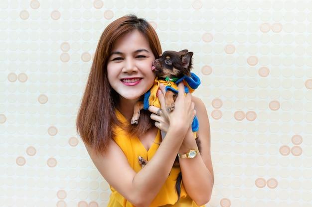 Ładna kobieta bawić się z małym psem