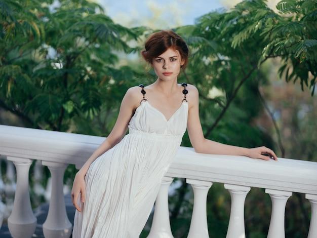 Ładna kobieta biała sukienka mitologia grecja urok park