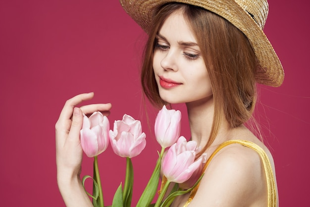 Ładna kobieta bukiet kwiatów święta prezent styl życia różowe tło