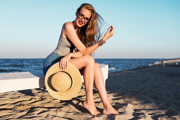 Ładna kobieta chłodzi blisko morza.