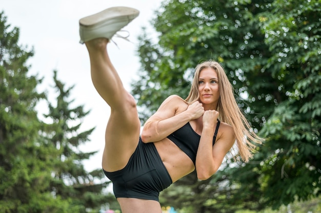 Ładna kobieta ćwiczy plenerowy