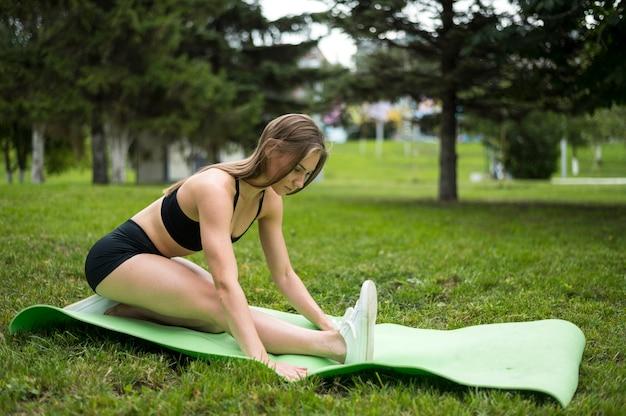 Ładna kobieta ćwiczy wewnątrz outdoors