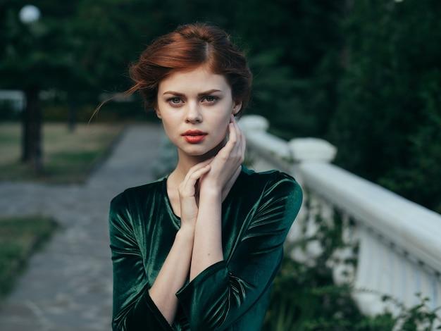 Ładna kobieta czerwone usta glamour natura zielona sukienka luksusowy model. wysokiej jakości zdjęcie