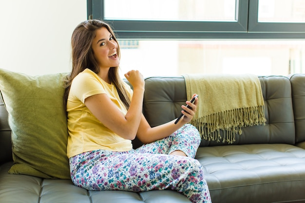 Ładna kobieta czująca się szczęśliwa, pozytywna i odnosząca sukcesy, zmotywowana, gdy stajesz przed wyzwaniem lub świętuje dobre wyniki
