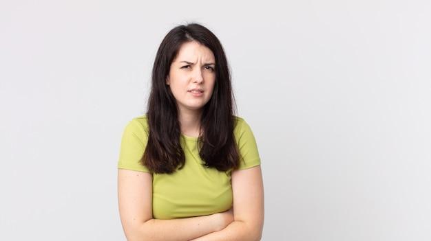 Ładna kobieta czuje się niespokojna, chora, chora i nieszczęśliwa, cierpi na bolesny ból brzucha lub grypę