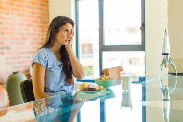 Ładna kobieta czuje się senna po męczącym zadaniu