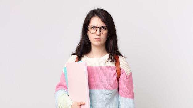 Ładna kobieta czuje się smutna, zdenerwowana lub zła i patrzy w bok. koncepcja studenta uniwersytetu