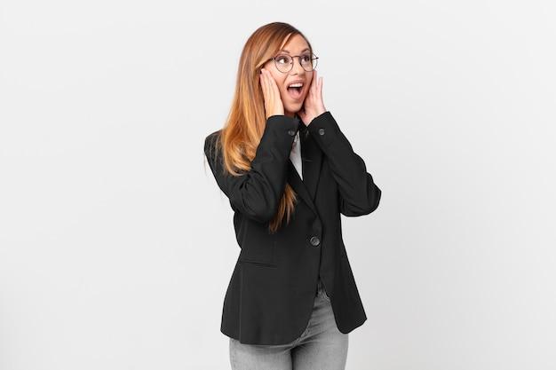 Ładna kobieta czuje się szczęśliwa, podekscytowana i zaskoczona. pomysł na biznes