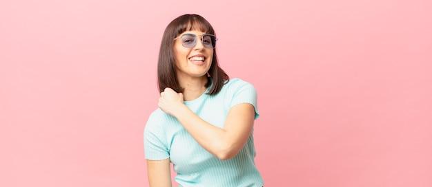 Ładna kobieta czuje się szczęśliwa, pozytywna i odnosząca sukcesy, zmotywowana, gdy staje przed wyzwaniem lub świętuje dobre wyniki