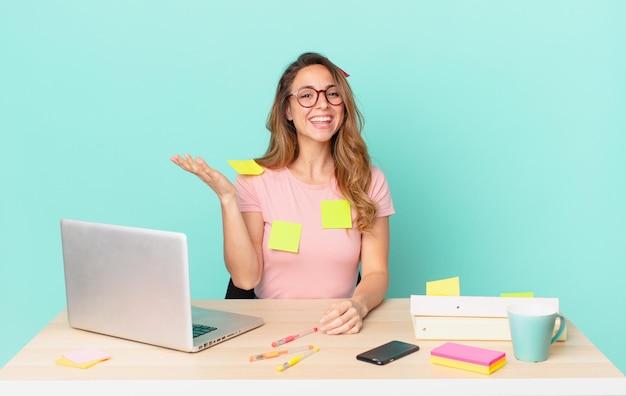 Ładna kobieta czuje się szczęśliwa, zaskoczona, gdy zdaje sobie sprawę z rozwiązania lub pomysłu. koncepcja telepracy