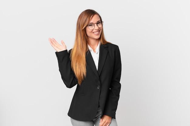 Ładna kobieta czuje się szczęśliwa, zaskoczona, gdy zdaje sobie sprawę z rozwiązania lub pomysłu. pomysł na biznes