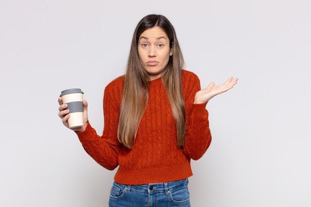 Ładna kobieta czuje się zakłopotana i zdezorientowana, wątpi, waży lub wybiera różne opcje ze śmiesznym wyrazem twarzy